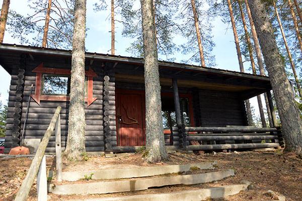 Perinteinen hirsimökki, jossa puulämmitteinen sauna, takkatupa ja keittiönurkkaus sekä kaksi makuuhuonetta.